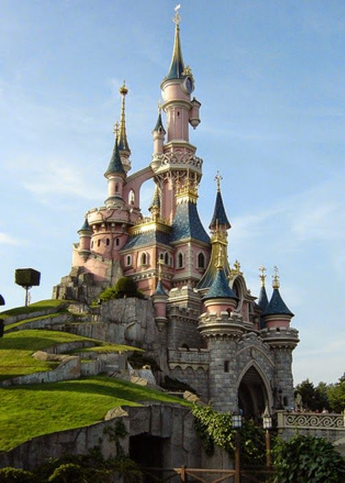 Ceci est l'un de mes châteaux qui se trouve en France . Je l'aime parce qu'il est rose .