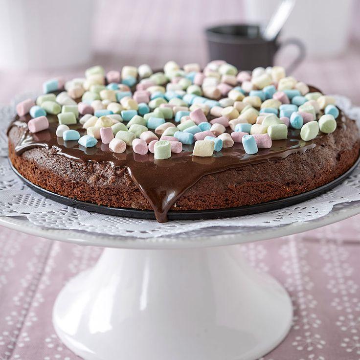 Ljuvlig marshmallowkaka med choklad och frosting.