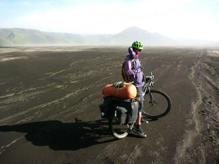 Sergio y Amelia atravesando Islandia con #carradice y #oldmanmountain
