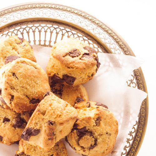 Une recette de scones au beurre de cacahuètes et aux pépites de chocolat rapide et facile, idéale pour les petits déjeuners ou les goûters gourmandes.