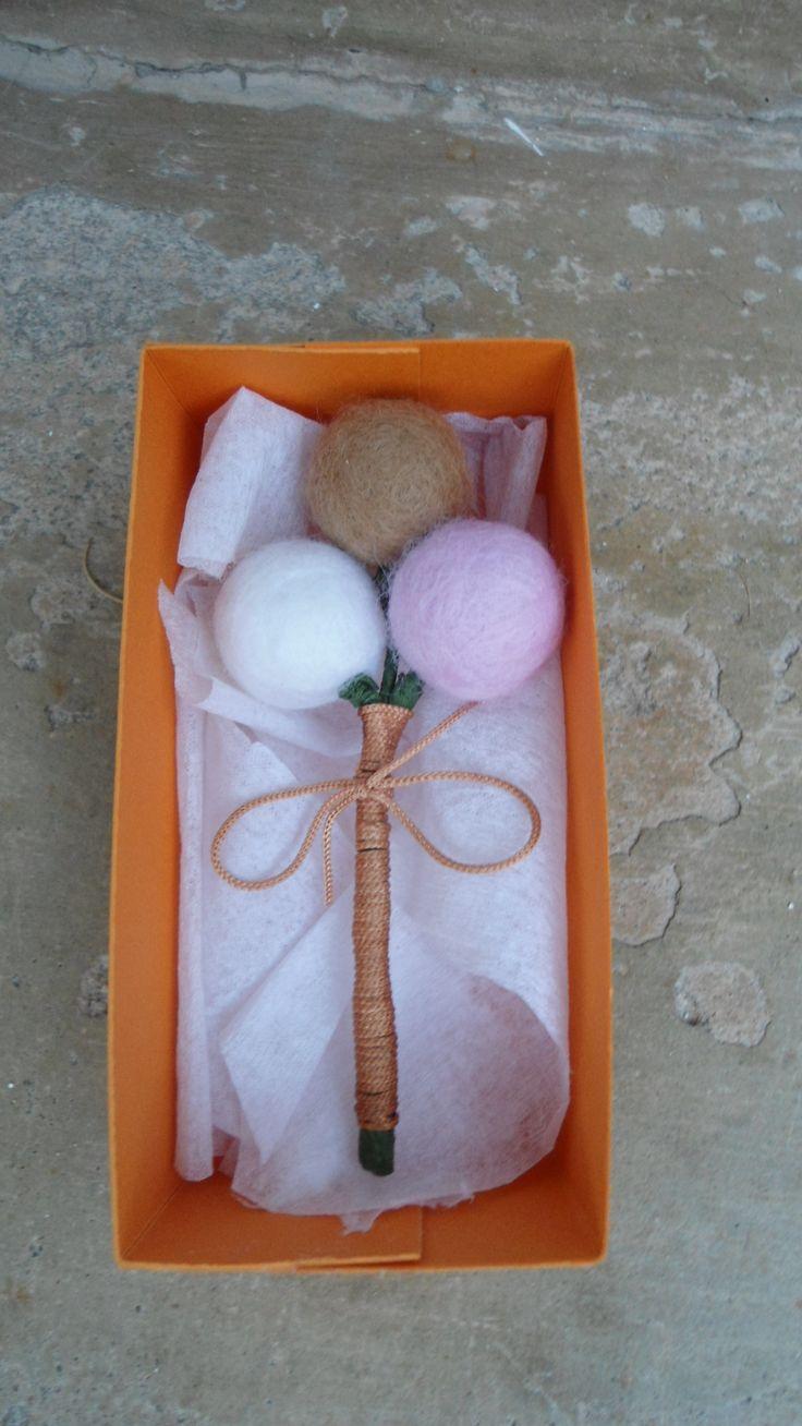 Boutonniere con la paleta de color elegida, totalmente hecho a mano y combinado con el ramo de la novia.