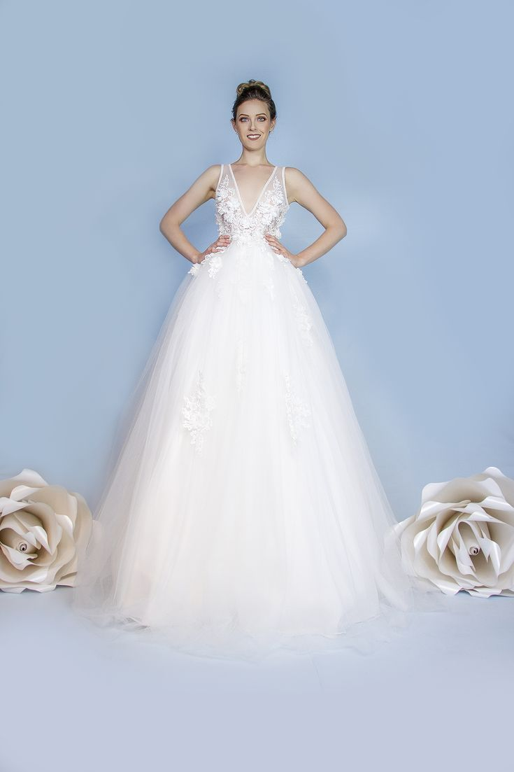 """FIORELLA. Vestido corte princesa con escotes de transparencias espalda y frente en """"V"""", confeccionado con aplicaciones de flores en gasa de seda y rebordados de perlas, falda de tul con cauda y desvanecidos de aplicaciones. (ideal para bodas de noche, jardín)."""
