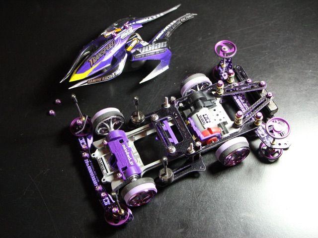 S2シャーシで製作しました ボディの悪魔っぽいイメージから 『ルシファー』と名付けました 今回はパープルカラーをメインにボディはエアロアバンテとアバンテMk.Ⅱを使用しました 初めてハーフペラタイヤを製作したり 初めてカーボンやFRPを染めてみたり 初めてづくしで思い入れがある1台です