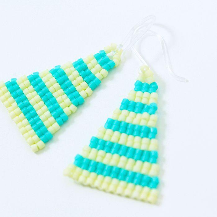 ピアス(Isosceles・ストライプ×ブルー)  二等辺三角形のビーズピアス。  夏っぽい着こなし時におすすめ。  サイズ:縦3cm×横2cm