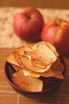 Hoje, me deu uma baita vontade de comer aquele chips de batata doce, sabe? O problema é que não tinha batata doce aqui em casa, mas tinha maçã. Muitas...