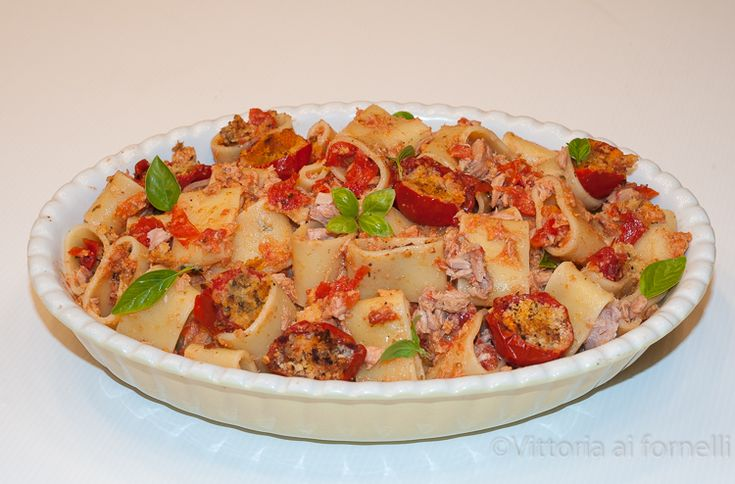 Pasta con pomodorini gratinati e tonno Pasta with tuna fish and baked stuffed tomatoes, easy and tasty!