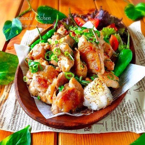 【4人分】 鶏肉...500g ⚫︎めんつゆ(2倍濃縮)...大2 ⚫︎マヨネーズ...大2 ⚫︎にんにくチューブ...小1 ⚫︎塩こしょう...少々 ⚫︎ごま油...大1   一口大にカットした鶏肉と⚫︎の調味料全てをビニール袋に入れて50回揉む。 熱したフライパンでオイル無しで焼く♬