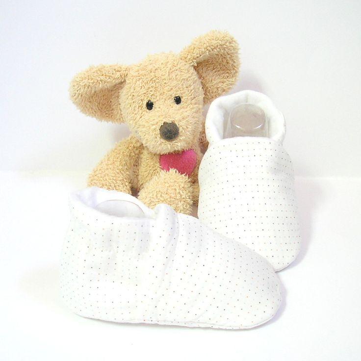 Chaussons bébé blancs à minis pois bleus et rouges doublés en polaire 3 à 6 mois Tricotmuse : Mode Bébé par tricotmuse