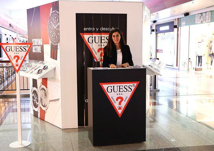Stand hexagonal diseñado para presentar de forma interactiva el nuevo SmartWatch Guess Connect.