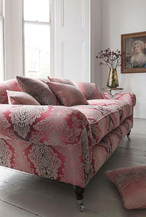 Prachtige meubelstof met een  Italiaans dessin met medaillons voor een klassiek interieur. Ook voor gordijnen erg geschikt.