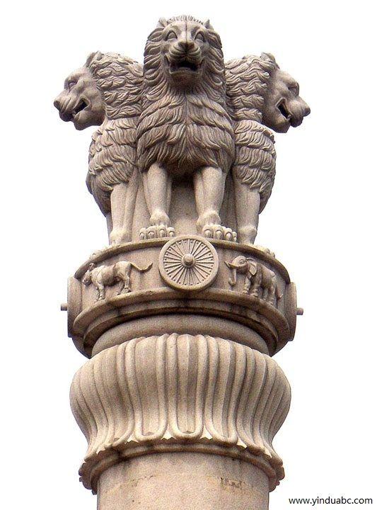 阿育王柱柱頭上刻有四隻背對背蹲踞的雄師,威風四面,咆哮的巨口和露出的牙齒刻畫得非常逼真,腿部繃緊的肌肉和遒勁的足掌鈎爪塑造得雄渾有力,充溢著印度雕刻特有的生命感。中間層是飾帶,刻有一隻大象、一匹奔馬、一頭瘤牛和一隻老虎,這四種動物間都用象徵佛法的寶輪隔開;下一層是鐘形倒垂的蓮花。整個柱頭華麗而完整,並且打磨得如玉一般的光潤,這也是孔雀王朝時代雕刻藝術一個較為顯著的特色。