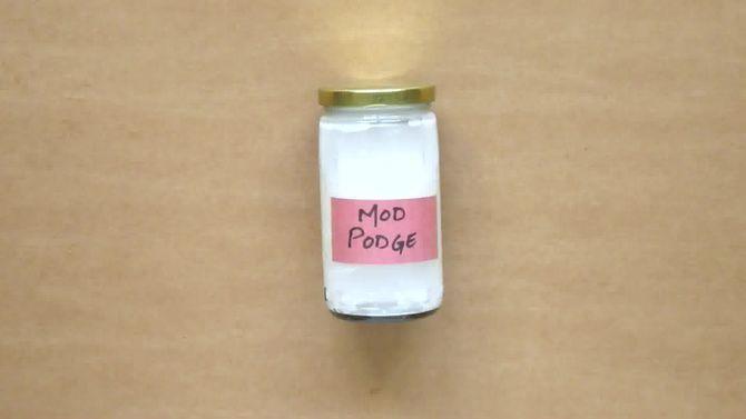 Faire du Mod-Podge (vernis-colle) maison! Plus simple, tu meurs : Mélanger 2/3 de colle blanche avec 1/3 d'eau. Et voila!
