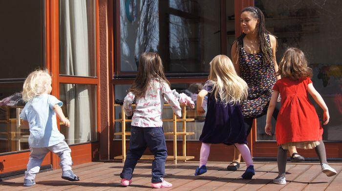 przedszkole ilovemontessori warszawa- zającia z tańca na tarasie przedszkola