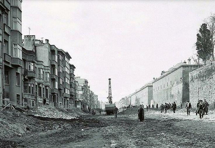 Fatih Camii'ni bilen, bu caddeyi de bilir: Fevzipaşa caddesi... İşte o cadde inşa ediliyor ve tarihler 1958'in Eylül ayını gösteriyor: #ArşivDeşen