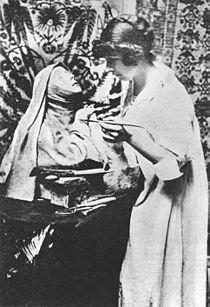 "Rebeca Matte dando sus últimos toques a la escultura ""Santa Teresa"", París, 1907."
