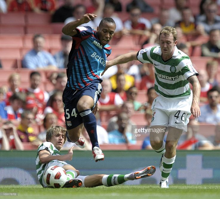 Lyon's Anthony Reveillere (C) vies with Celtic's Glenn Loovens and Aiden McGeady (R) during their Emirates Cup football match at Emirates Stadium in London, on July 31, 2010. AFP PHOTO/Olly Greenwood