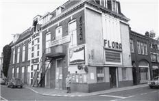 Een plaatje uit begin van de jaren '60. Het Flora theater was één van de twee Zaandamse bioscopen. In het weekend was het vaak de gewoonte om op zaterdag avond naar de voorstelling van 21.15 uur te gaan en op zondagavond om 19.00 uur naar Flora. Want op maandag moest er weer gewerkt worden.