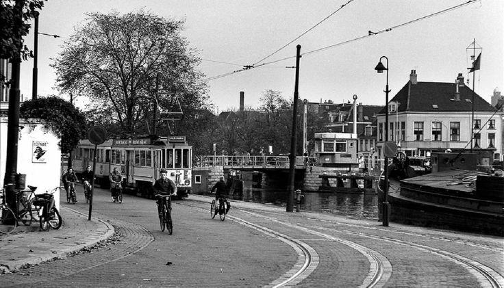 tram / rechts de Hooikade - Delft 1960 De