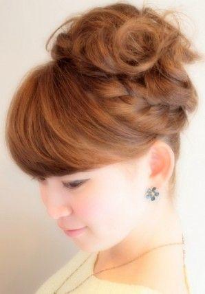 キュートな編み込みヘアアレンジ  大人気の編み込みヘアアレンジ 流れる前髪が大人可愛いく サイドの編み込みが華やかさを 演出。ふわふわにカールをだし パーティーにもオススメの ヘアアレンジです。