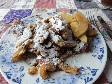 Kaiserschmarrn is een zoet pannenkoekengerecht uit de Oostenrijkse keuken. Lekker met poedersuiker en gebakken appelen
