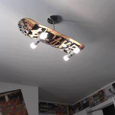 Quarto de menino. Luminária de teto com prancha de skate (skate board).