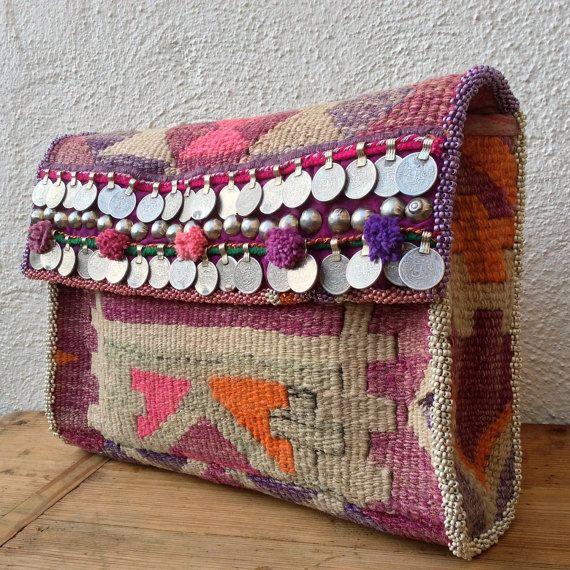 Kleurig.....  Weer een clutch met zijkanten, waardoor je echt iets meer in je tas kunt meenemen dan een lippenstift en je mobiele telefoon! Zelfs de IPad (met hoes) past er makkelijk in.  Deze clutch is (hand)gemaakt van twee kelim kussenovertrekken (maar weer de schaar erin gezet.....), die qua kleur perfect bij elkaar passen. Vervaagde, maar ook felle paars-roze-oranje tinten. De tas is gevoerd met Indiase zijde (onzichtbaar verstevigd met ongebleekte katoen).  Op de klep aan de voorzijde…