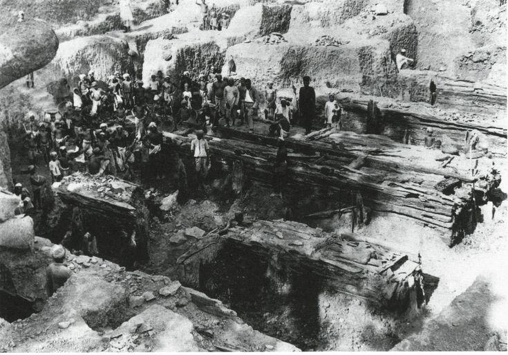 Раскопки Паталипутры столицы империи царя Ашоки. 3 в. до н.э. Деревянный город. На фото - возможно крепостные стены. Древняя Индия на старых фото.