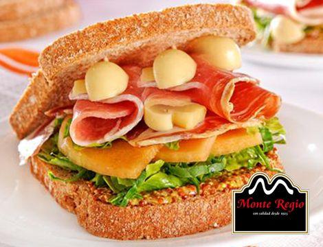 ¿Alguien se puede resistir a esta delicia de pan integral, con jamón serrano y frutas a elegir? ¡Es hora del #jamón!