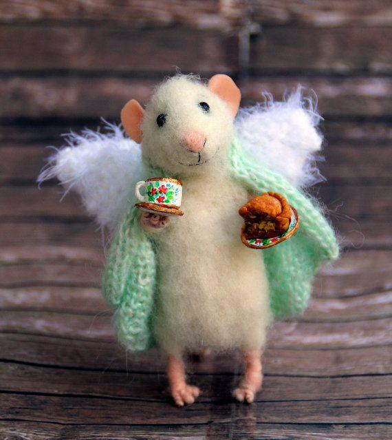 Ángel de ratón de casa en manta con taza y ratón pastel de manzana, fieltro, fieltro fieltro animal, juguete de eco, ahgel ratón, ratones de fieltro