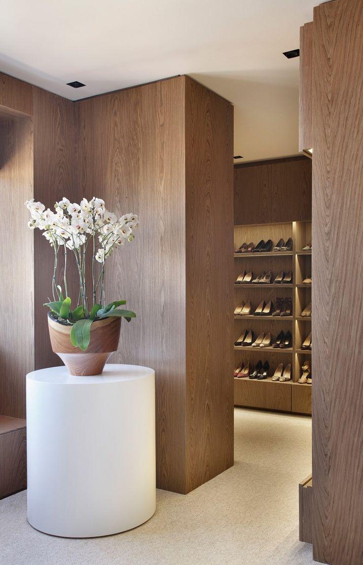 Pv house by studio guilherme torres design residential for Studio closet design