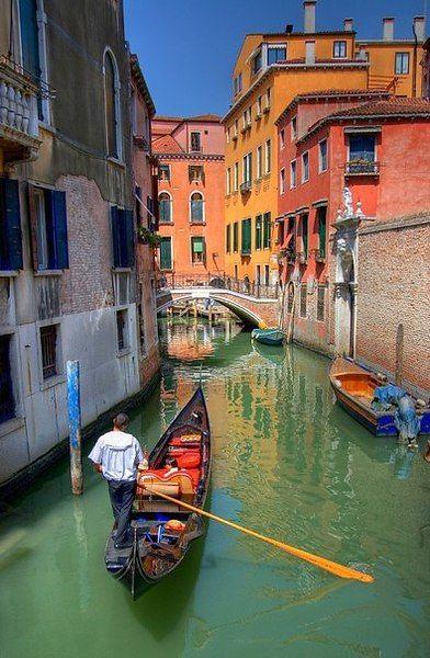 """""""Я никогда не забуду свои первые впечатления от Венеции. Такое ощущение, что тебя переносит в другое время: живопись, музыка, еда и пропитанный истинной романтикой воздух делают этот город неповторимым."""" Элизабет Беркли"""