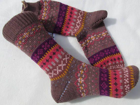 """Zeigt her eure Füße… Fair Isle Socken im warmen Farben auf Rosenholz Warme Farben und nordisches Design mit Liebe verstrickt in vielen kleinen Mustern – diese Socken sind ein absoluter Hingucker für die dunkle Jahreszeit und ein """"Gute-Laune"""" Accessoire für kalte Füße durchs ganze Jahr. Wunderschöne, gestrickte Socken aus Markengarnen – Sockenwolle von Regia, Filcolona, Lana Grossa u.a. Meine Socken sind Einzelstücke oder kleine Serien, weil Muster und Farben individuell aus vielen Farben…"""