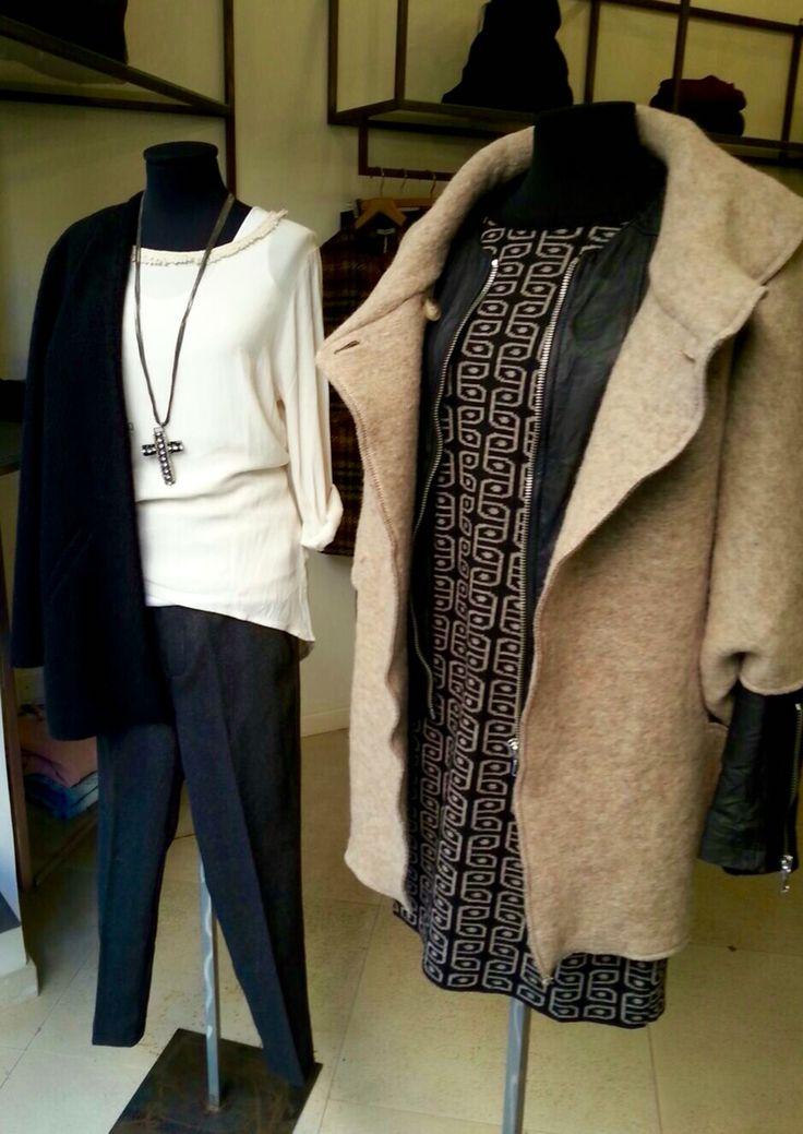 •Mantella collo in lana cotta •Chanel zip in pelle •Abito lana •Giacca sciallata •Camicia viscosa •Canotta cotone •Pantalone gro fianco in lana