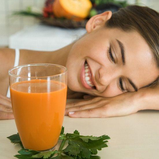 De ahora en adelante, tómate un zumo natural al día y notarás la diferencia en tu piel, tu peso y tu salud. Si lo haces con fruta y verdura, como Elsa Pataky, pueden servirte como desayuno bajo en calorías. Hay mil combinaciones deliciosas y sanísimas. Aquí tienes algunas con un extra de beneficios para tu organismo.