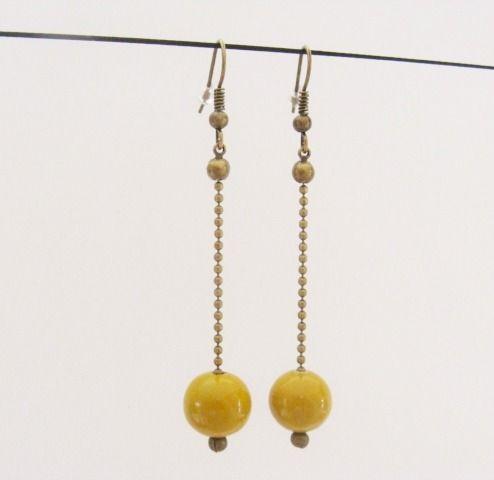 Boucles d'oreilles perle jaune moutarde : Boucles d'oreille par les-bijoux-de-circe