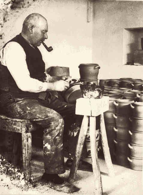 """Gottfried Kuckertz (1867 bis 1937) beim """"Bläuen"""" der Schmalztöpfe."""