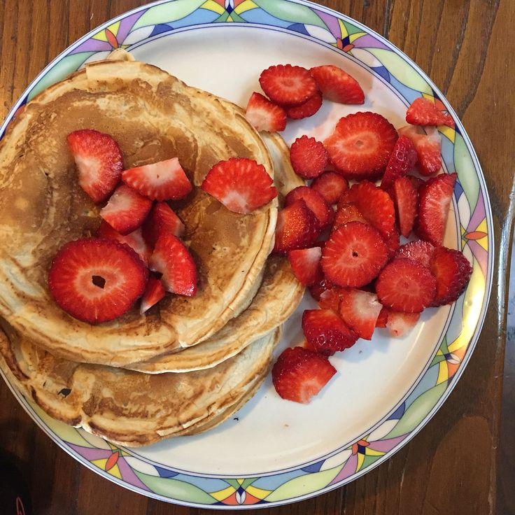 Pancake proteici con fragole   Ingredienti: albume 200g; farina d'avena 50g, 3 fragole grandi (150g)