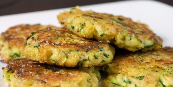 Frittelle di patate e cipolla. Morbide, saporite e pronte in 10 minuti