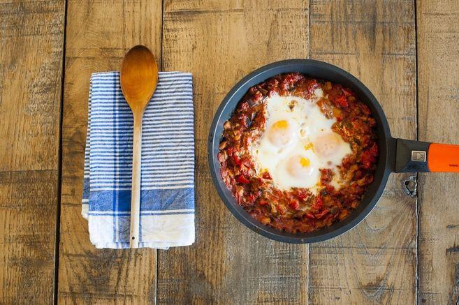 Shakshuka  huevos con pimiento, berenjena y comino