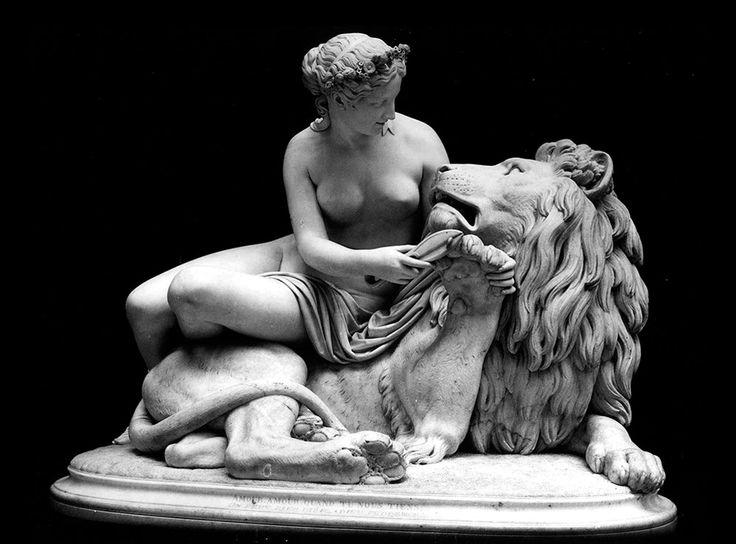 Мраморная скульптура Влюбленный лев