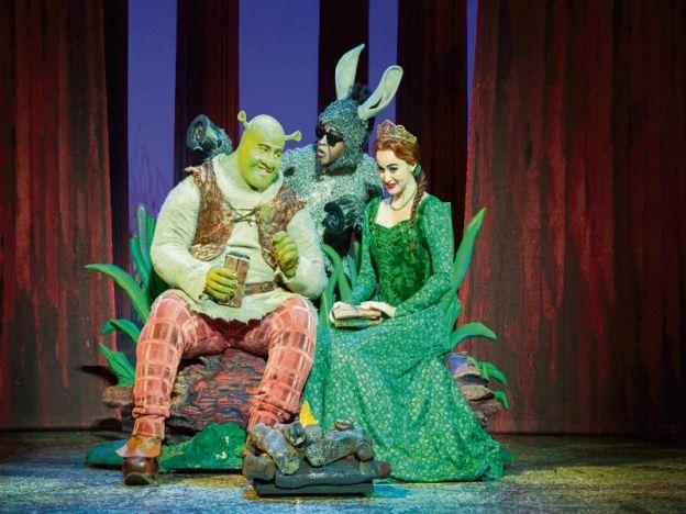 Shrek The Musical di IB  MENDENGARnama Shrek pasti terbayang karakter hijau yang berbadan besar dan mempunyai wajah agak hodoh menerusi filem animasi terbitan DreamWorks Animation.  Tidak bersandarkan rupa bagaimanapun makhluk Ogre itu sebenarnya mempunyai hati yang sangat baik.  Menariknya filem animasi tersebut diangkat ke pentas teater dan akan dipentaskan di Istana Budaya (IB) bermula 2 hingga 5 Jun ini.  Teater muzikal terbitan Broadway Entertainment Group FZ LLC dan NETworks…