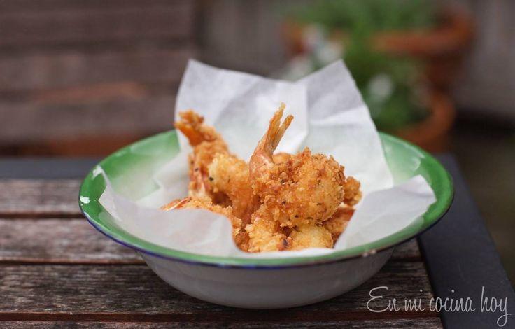 Una receta básica y sencilla de camarones apanados. Quedan dorados y crujientes por fuera y cocidos perfectamente por dentro.