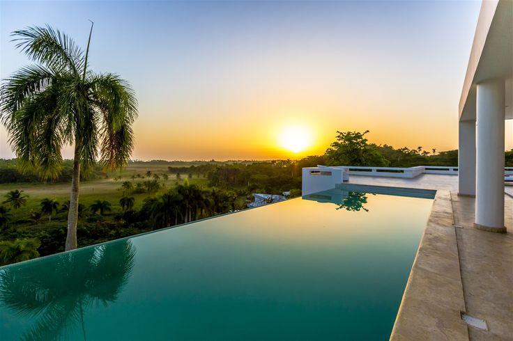 Die Farben des Sonnenuntergangs in der Dominikanischen Republik von deinem Pool aus bewundern. #karibisch #Infinity #Pool #Luxusheim #Luxuslifestyle #Villa #Poolside #Sonnenuntergang #Sonne #Inselleben #Paradies
