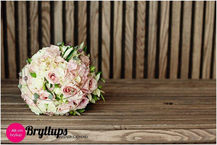 Brudebukett: Rund rosebukett med vakre gammelrosa roser.
