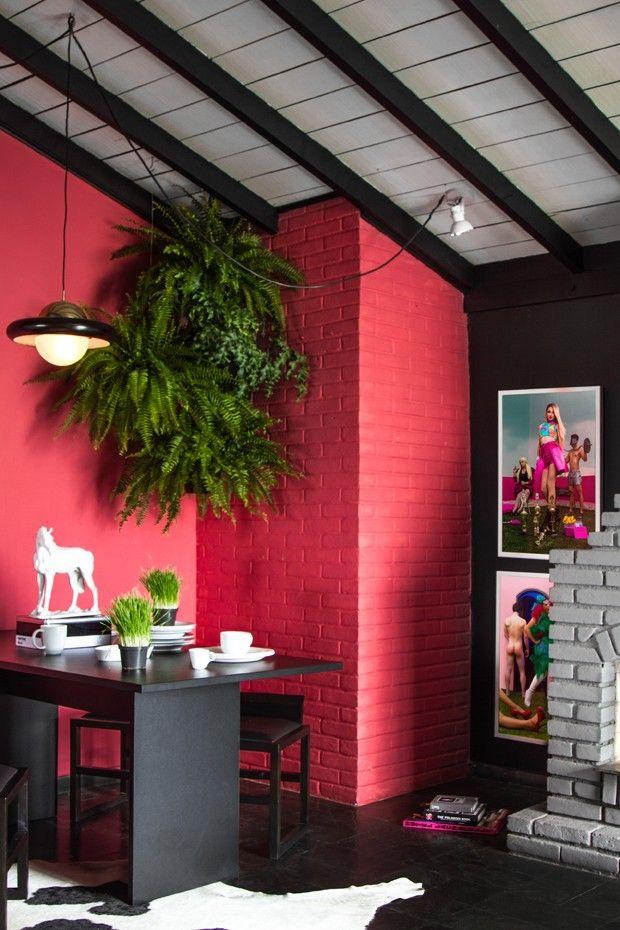 SALA DE JANTAR   A parede de tijolinhos, original do projeto, ganhou pintura da cor Vermelho Ácido, da Suvinil. Pendentes, da Lustres Iriê. Mesa de jantar e tapete, à venda na Tok & Stok. Bancos Careghin, da Acierno (Foto: Léo Fagherazzi/Divulgação )