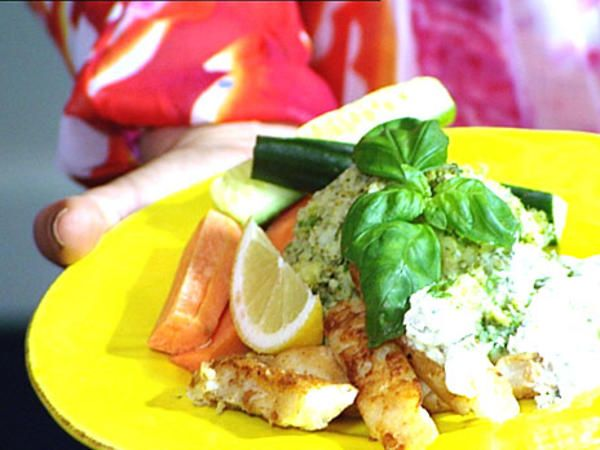 Nyttiga fiskpinnar med grönt potatismos och kall gurksås