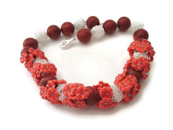 rode koraal en jade ketting, handgemaakt kralen choker van koraal kralen, jade bloemen en zilver, afgewerkt met een magneet sluiting