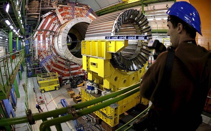 LHC encontra o bóson de Higgs.