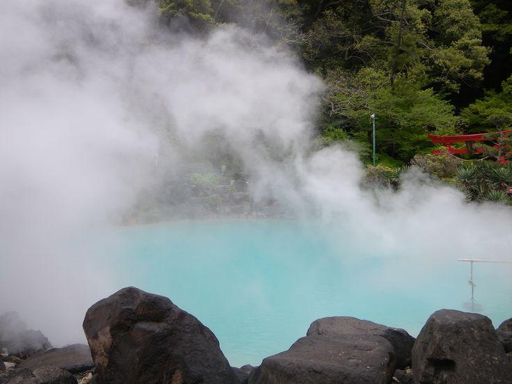 Dans la ville de Beppu au Japon, se trouvent 3000 sources chaudes appelées jigoku (enfers). Les fumées de ces sources planent constament au dessus de la ville. Deux d'entre elles sont connues pour leurs couleurs:Umi Jigoku (Enfer de la mer) est d'un bleu azur et puise son eau de 98ºC à 200 mètres sous terre etChi-no-ike Jigoku (Enfer de sang) prend sa couleur rouge de l'argile.