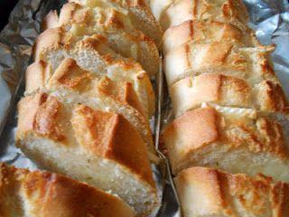 Pão com manteiga de alho e queijo brie